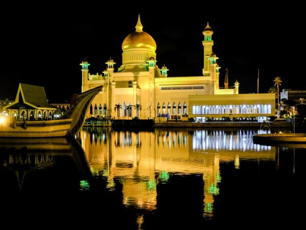 Brunei pictures of the Sultan Omar Ali Saifuddien Mosque at night